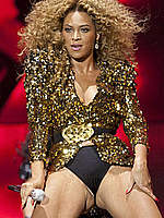 Beyonce Knowles sexy performs on the stage
