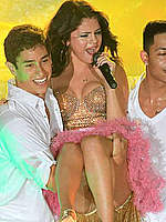 Selena Gomez permorms on the Boca Raton stage